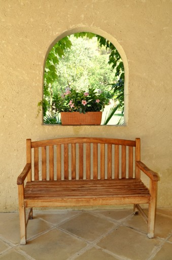 bench in poolhouse - Moulin de la Roque