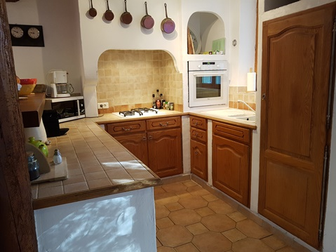 Holiday rental in Provence : fully equiped kitchen of the villa La Bergerie at Moulin de la la Roque, Noves, Provence