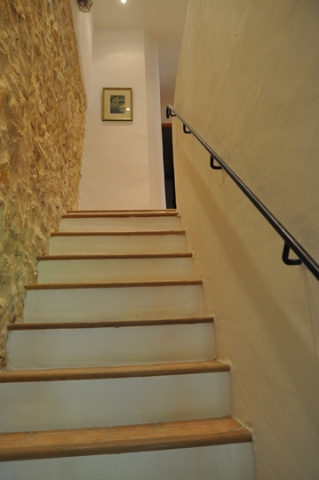 in the villa Bergerie at Moulin de la Roque, stairs leading to bedroom area