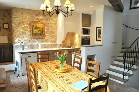 Moulin de la Roque, Noves, villa Tuilerie, dining-kitchen