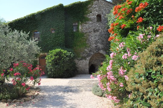 Moulin de la Roque, Noves, Provence - villa Tuilerie - entry